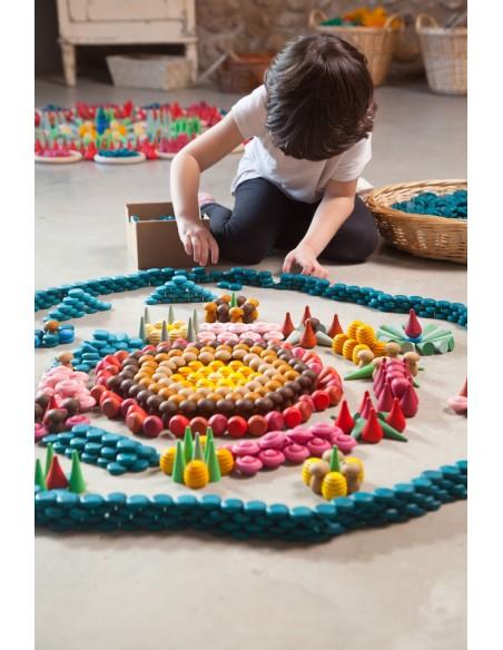 niños creando con los graneles de grapat