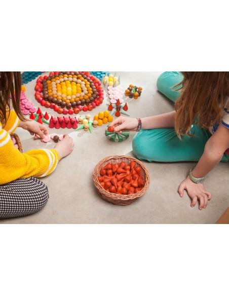 NIñas creando mandalas con piezas sueltas de Grapat NIñas jugando con mandalas de Grapat