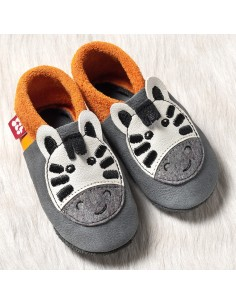 Zapato bebé de suela blanda de gateo y primeros pasos.