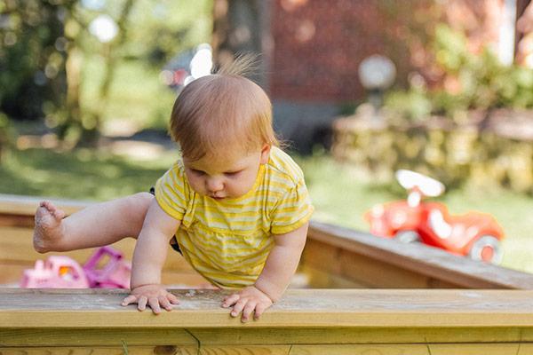 Bebé jugando exterior